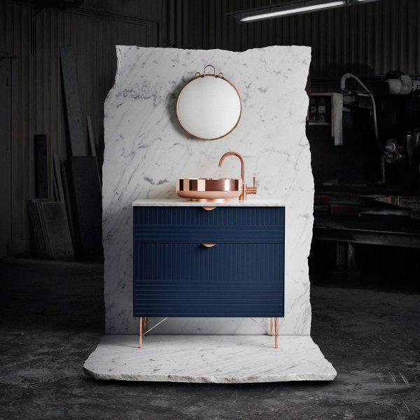 Vos rangements, votre meuble TV et vos placards de cuisine IKEA n'auront plus rien à envier aux plus grands designers, une fois customisés par Superfront. Cette marque suédoise, une fois n'est pas coutume, propose d'adapter aux collections phares d'IKEA, des façades, des poignées et des piétements faits de matériaux d'exception. Du cuir au laiton, en passant par le cuivre et le marbre, les poignées et les plans de travail IKEA se transformeront en meubles ultra design, raffinés, graphiques…