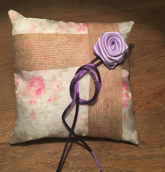 Rustieke ring aan toonder kussen  purple door PerfectWeddingWishes