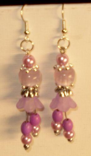 Perle e fiori di lucite per questi orecchini.
