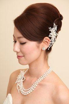 高さのある位置にすることで首ライが美しい ウェディングドレス・カラードレスに合う〜夜会巻きの花嫁衣装の髪型一覧〜