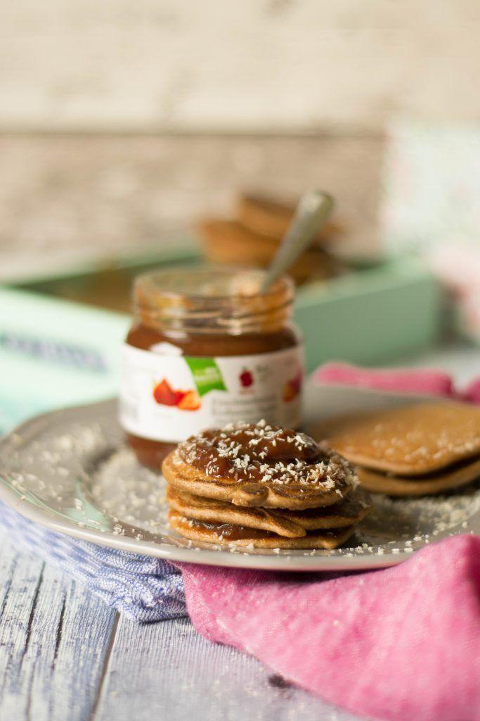 Schoko Hafermehl Pancakes mit Banane und Kokos