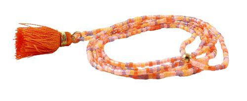 Til delica halskæde med kvast skal du bruge følgende materialer:  Delica perler i farven mixed orange 1 stk. kvast i orange hvid silkesnor 0,60mm 1 stk. forgyldt øsken 6mm 1 stk. forgyldt crimp cover 3 mm + lim  | smyks.dk | smyks.com | smyks.de |