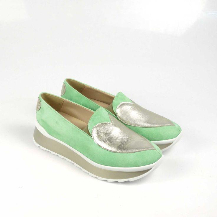 Pantofii de dama Mineli Queen of Hearts Green sunt realizați din piele întoarsă în cea mai cool nuanță a acestui sezon: verde pastelat, și sunt stilizați cu inimioare din piele auriu metalizat.
