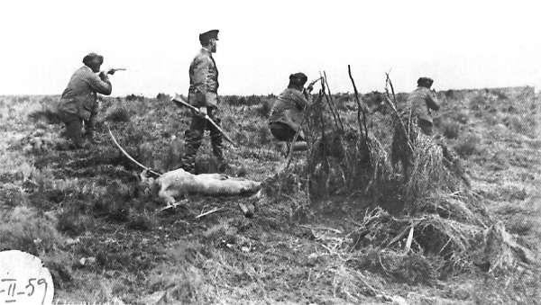 """A fines del siglo XIX se formaron grupos de """"cazadores de indios"""" que organizaron expediciones de exterminio entre los selknam. Una de ellas fue dirigida por Julius Popper, a quien se ven en la foto al lado del cadáver de un cazador selknam"""
