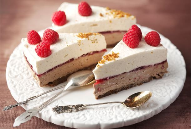 Vaniljainen rahkaunelmakakku ✦ Rahkaunelmakakussa yhdistyy pehmeän vaniljainen täyte ja maukas tiramisutäyte. Ohut hillokerros täytteiden välissä raikastaa kokonaisuuden http://www.valio.fi/reseptit/vaniljainen-rahkaunelmakakku/ #resepti #ruoka