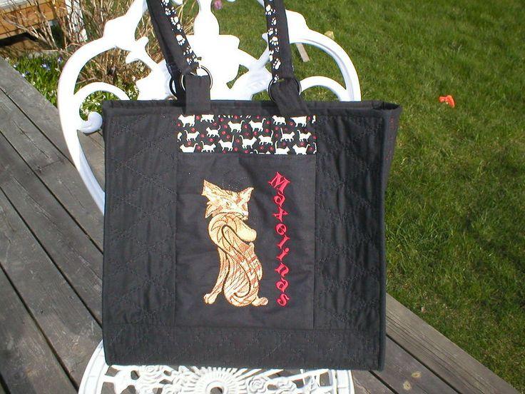 Baksida av väska med röd/brun katt