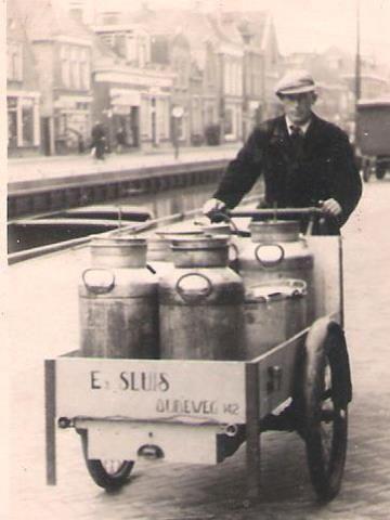 De melkboer kwam vroeger aan de deur met voornamelijk melk en zuivelproducten. Soms had de melkboer ook nog een winkel.