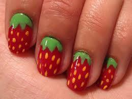 Aarbeinagels: Breng eerst de basecoat aan, laat het  drogen en breng dan rode nagellak aan. Gebruik groen om de blaadjes te maken, met de nailartpen teken je darvoor een soort W. Kleur met het nagellakkwastje de W in. Breng met een nailartpen gele stipjes aan. even laten drogen en topcoat erop!