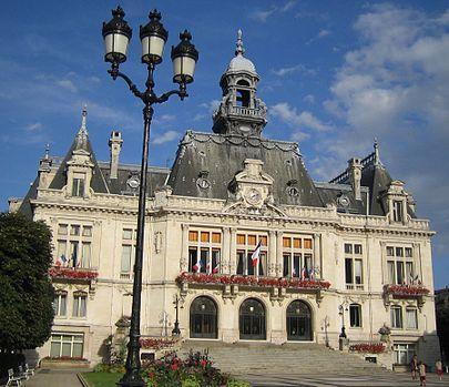 Vichy-hoteldeville.  Vichy, antigua provincia francesa de Borbones, codiciada por Henry II de Inglaterra.