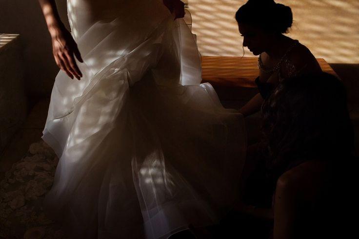 Естественный свет из окна. Невеста в мягком, остальные силуэты