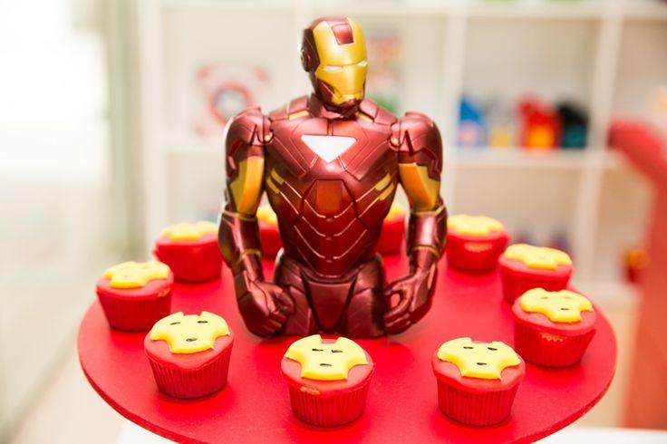 Decoração de mesa para o bolo e docinhos decorados para Homem de Ferro, em Os Vingadores - Miguel 03 anos
