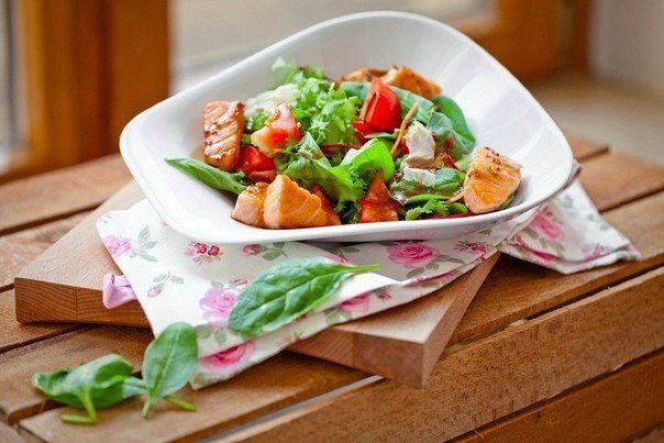 http://goodfood24.biz/salad-with-salmon-slices/