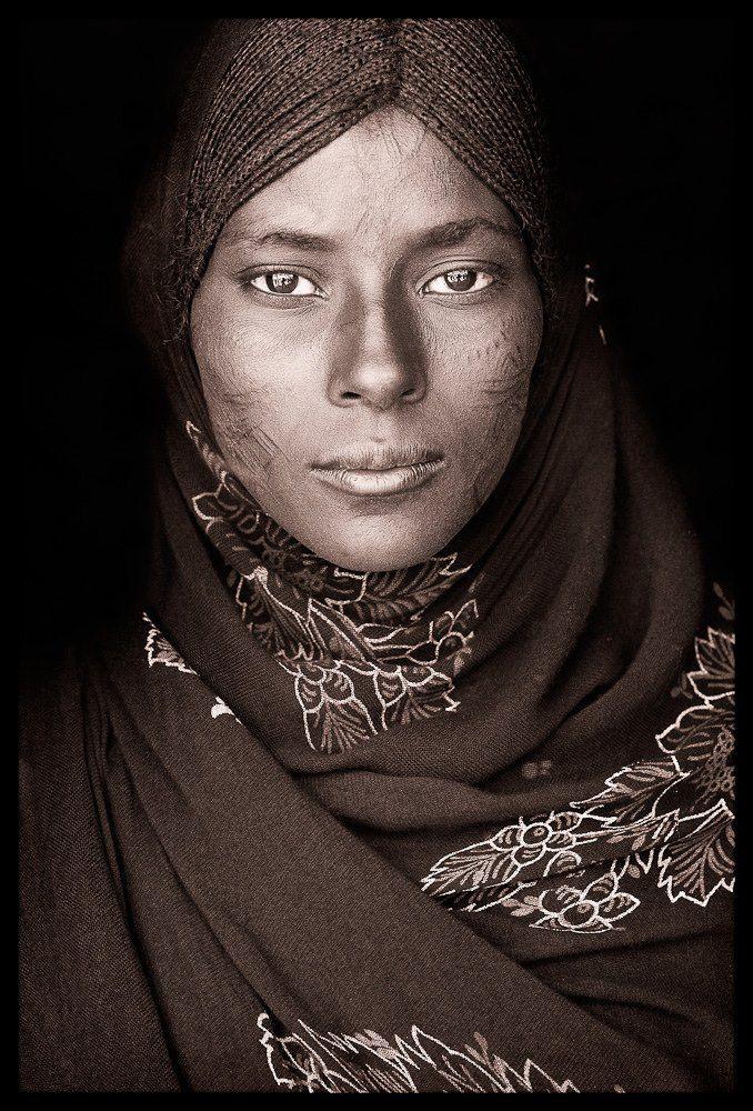 Afar woman Los Afar llevan una vida dura. Su habitat es uno de los más duros del laneta. El punto más caluroso de la tierra; el abrasador Desierto del Danakil. ETIOPIA: