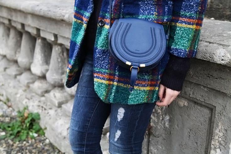 Stivali blu, borsa blu, cappotto blu.. tutto blu!