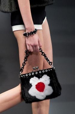 """Photoset """"Fashion тренд: меховые сумки"""" включает в себя элементы различных марок.  Спросите нас о них и присоединиться к нам на / Присоединяйтесь к нам на http://gio-soslan.tumblr.com/ http://onlyfootwearreview.tumblr.com/ http://onlyjewelryreview.tumblr.com/ http://only -интерьер-review.tumblr.com / http://only-art-n-prints-review.tumblr.com/ http://only-music-world-review.tumblr.com/ Фотосет """"Фешн-тренд: Мех в сумках """"включает в себя предложения разных брендов Спросите нас о них, пройдя по…"""