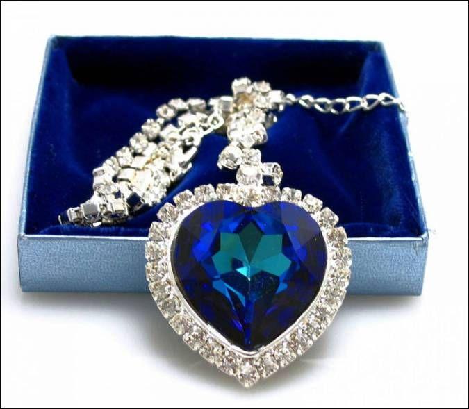 Кулон «Сердце Океана» - пожалуй, самое узнаваемое украшение в мире. Оно является точной имитацией того колье, которое использовалось во время съёмок знаменитого фильма «Титаник». Создал эту красоту из голубого бриллианта весом 15 карат ювелир Гарри Винстон (Harry Winston). Кроме того, «Сердце Океана» является самым дорогим ювелирным украшением, которое надевали когда-либо на церемонию кинопремии Оскар. Стоимость драгоценности – $20 млн.
