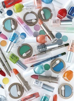 Wist je dat je bij Etos altijd 75 kleuren nagellak voor €2.49 per stuk kunt kopen? En dan hebben we het nog niet over alle kleurtjes oogschaduw, blush en lippenstift. Alles bij elkaar opgeteld komen we op wel 300 kleuren voor nog geen 3 euro!
