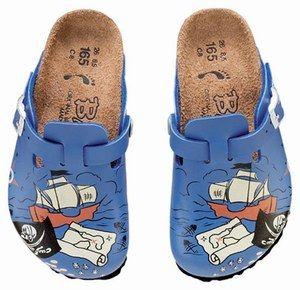 chaussures-sabots Birkenstock - Mode printemps été bébé et enfant - Sabots de garçon avec dessins de flibustier, carte au trésor et drapeau à tête de mort ! 59€- Birki-kids de Birkenstock