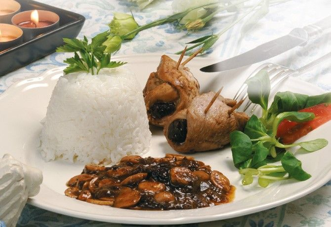 Chicken breat with prunes and mushroom sauce