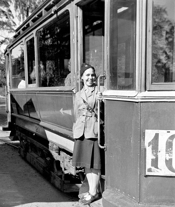 Rahastaja asettui kuvaan Puu-Pasilan torilla sinne vuoteen 1952 kulkeneen raitiovaunu 10:n ovella.