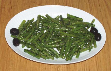 Een heerlijk warm voorgerecht. Een salade van sperziebonen met knoflook en peterselie. Een gerecht uit Marokko. De Salade van Sperziebonen op de foto is voor 2 personen.