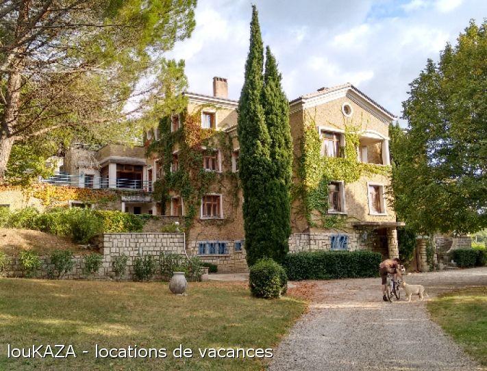 Au cœur de la Drôme provençale, baigné de soleil, lumière et couleurs, un lieu central situé idéalement entre Nyons, Dieulefit, Grignan & l'Enclave des Papes