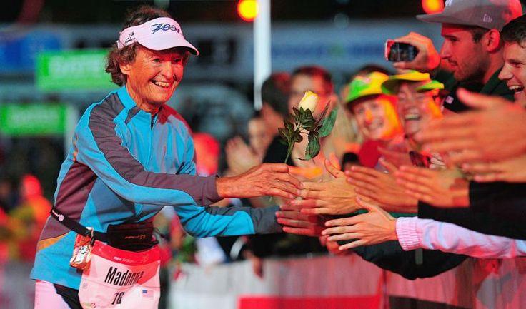 Madonna Buder é um exemplo e tanto de que idade não é empecilho para absolutamente nada. Ela nasceu em St. Louis, no Estado de Missouri, USA, tem 86 anos, é triatleta, freira e, aos 82 anos, se tornou a mulher mais velha a completar o Ironman, umas das provas de triatlo mais difíceis do mundo.  Fotografia: Lennart Preiss / Stringer / Getty Images.