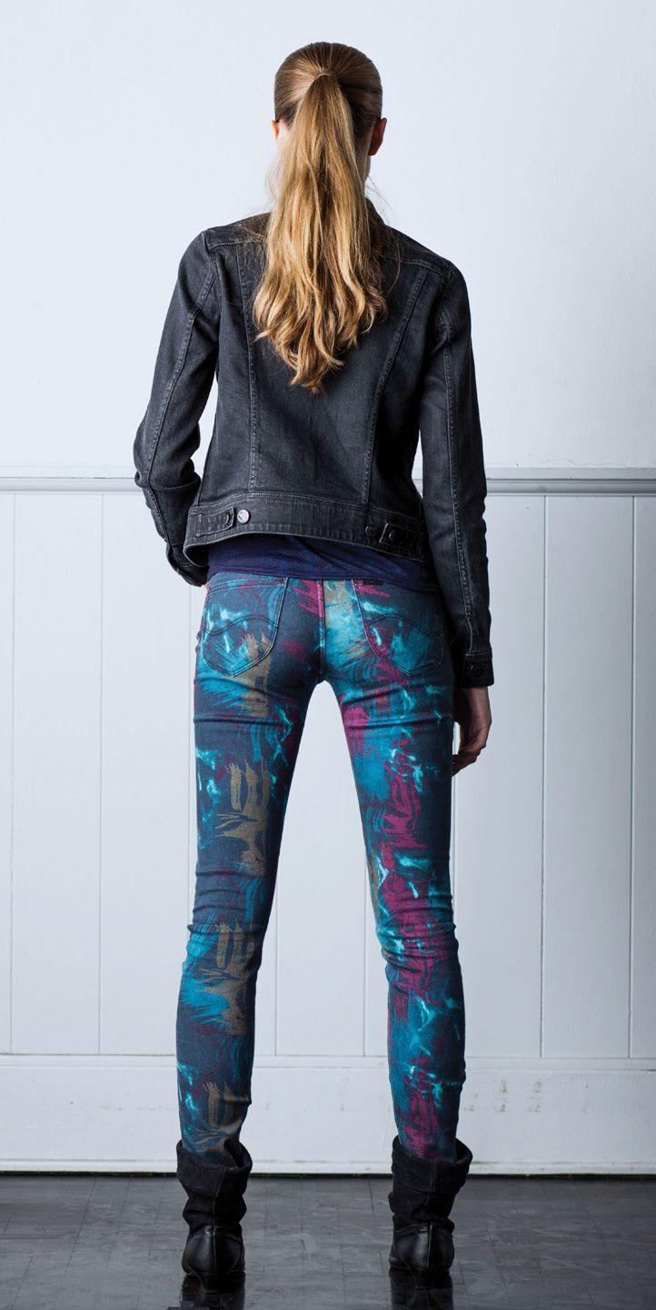 Kurtka: Kurtka Slim Rider kolor szary Clean Grey  Dżinsy: Scarlett, kolor Coloured Marble  T-shirt: T-shirt z tkaniny devoré Kolor sprany niebieski WASHED BLUE