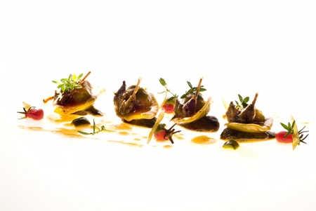 [Ravioli di tordi in salsa di salmì e tenera ascolana] per 4 persone    Pasta all'uovo (500 g di farina bianca e 9 uova)  10 tordi  1 cipolla  20 g di pancetta  1 limone  20 olive di cultivar Tenera Ascolana  100 g di salsa di pomodoro  1 uovo  Panna q.b.  4 chiodi di garofano  50 g di parmigiano grattugiato  Verdicchio dei Castelli di Jesi q.b.  200 g di olio extravergine di oliva Sargano  Rosmarino, salvia, alloro q.b.  Sale e pepe q.b.
