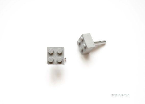 Matériau ordinaire du quotidien, le béton est ici associé à la forme légendaire des célèbres briques Lego. Avis aux nostalgiques… Ils sont parfaits pour offrir à un homme, futur marié, témoin, geek, maçon ou architecte… !  Originaux mais discrets, ces boutons de manchette en béton se portent aussi bien au quotidien que lors d'une occasion spéciale.  Besoin d'un conseil ? Contactez-moi !   ▶︎ DESCRIPTION ******************* > MURGA // Boutons de manchette en béton, composés d'une...