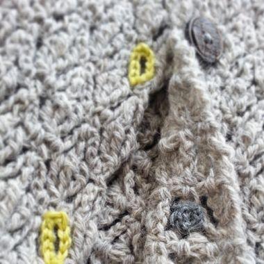 「編んで楽しい毎日着たいニットのふだん着」より表紙の Jベスト を編みました。またいつものようにアレンジしてます。糸はソノモノツイードにしました。少ーし丈も短くしてボタンを5個に。うしろが可愛いのよ。何度も言っててしつこいですが画像ではお伝