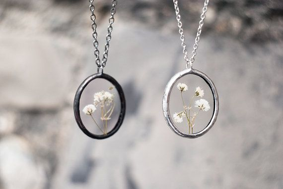 Medallones ovalados de vidrio colgantes y pendientes de joyas de gypsophila de flores prensadas en plata