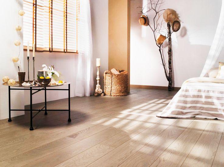 Côté chambre : un beau parquet en bois massif et aux couleurs chaudes pour un dimanche matin tout en douceur.