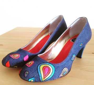 El Yapımı Tasarım Denim Nakışlı Ayakkabı Ümitler ve etekler yukarı!   Gökkuşağı renklerinde nakışlı, denim ayakkabı.  Ürün denim üzerine baskı, nakış ve kristal taş detaylarından oluşmaktadır. Astar ve biye deri malzemedir. Ortopedik iç taban malzemesi kullanılmıştır.  Ökçe boyu:9 cm