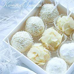 Trufle z białej czekolady. Czekoladki w cukrze pudrze, migdałach i wiórkach kokosowych.