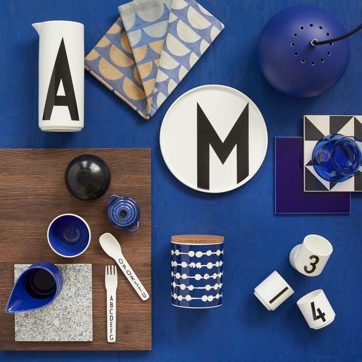 Blå melder for alvor sin ankomst i boligen i 2015. Først og fremmest den dybe Yves Klein-blå, men gerne i selskab med andre blå nuancer som tone-i-tone. Se stylistens blå favoritter og skab selv stilen med JKE Designs nyhed Pisa Tabac.