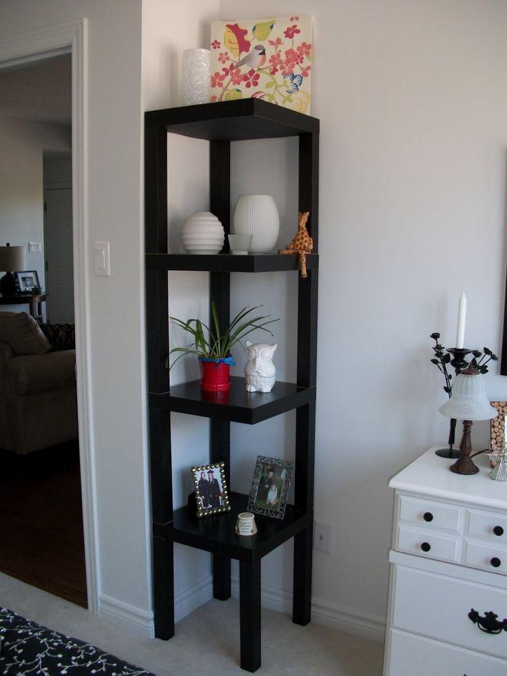 Détournement de meuble Ikéa : étagère d'angle faite avec des tables d'appoint empilées.