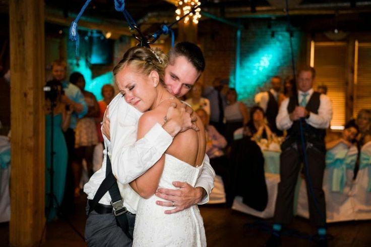 Parapléjico bailando en boda. Mira este video, verás que romántico. El amor no tiene barreras. http://sorpresasparatupareja.com/2015/02/02/amar-tal-y-como-somos-paraplejico-baila-en-boda/