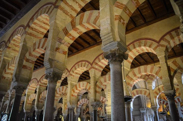 Die markanten doppelgestreiften Säulenbögen in der Mezquita von Cordoba, Spanien.