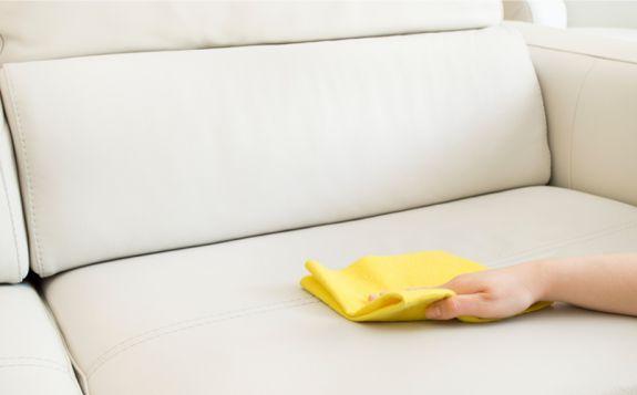 Rotweinflecken entfernen geht ganz einfach ✔ Hausmittel & Reiniger richtig angewandt ✔ Wir zeigen wie die Fleckenentfernung richtig gelingt! Los geht's »