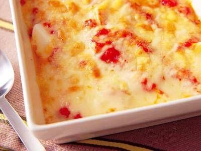小川 聖子さんの卵を使った「ゆで卵のトマトグラタン」のレシピページです。子どもから大人まで、みんな大好きなシンプルグラタン。 材料: 卵、生トマトソース、ピザ用チーズ、バター、塩、こしょう