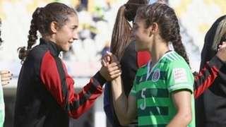 Image copyright                  Selección Mexicana                  Image caption                                      Sabrina (izquierda) y Mónica Flores juegan fútbol juntas para la Universidad de Notre Dame en la que estudian, pero en cuestión de selecciones su camiseta es diferente.                                Como muchas gemelas, Mónica y Sabrina F