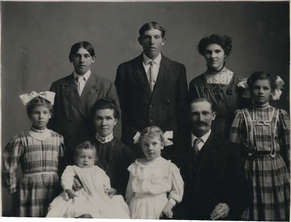 Jonathan Frederick and Harriet Bateman Petersen (my great grandparents) and FAMILY.  My grandmother Veloy is between Harriet and Jonathan.