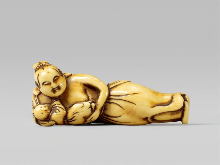 An interesting ivory netsuke of a Chinese woman with a boy. 18th century, Auktion 1092 Asiatische Kunst I Indien, Südostasien und Japan, Lot 660