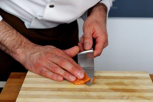 CORTAR O SALMÃO Corte o salmão cru em finas fatias.