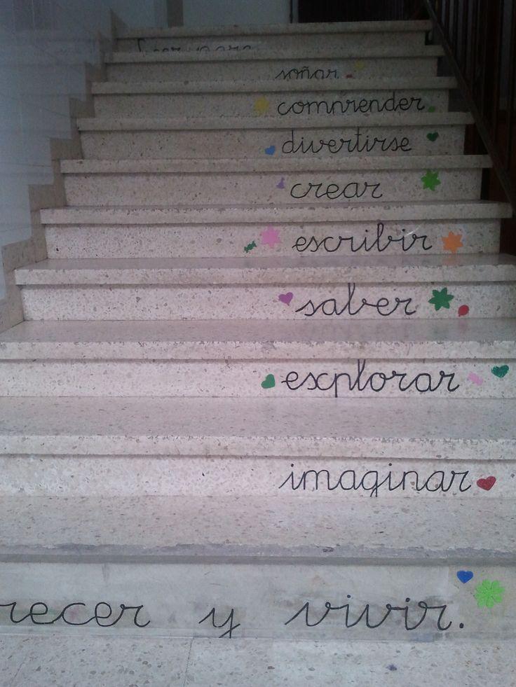Primer tramo de escaleras que conduce hacia la biblioteca escolar.
