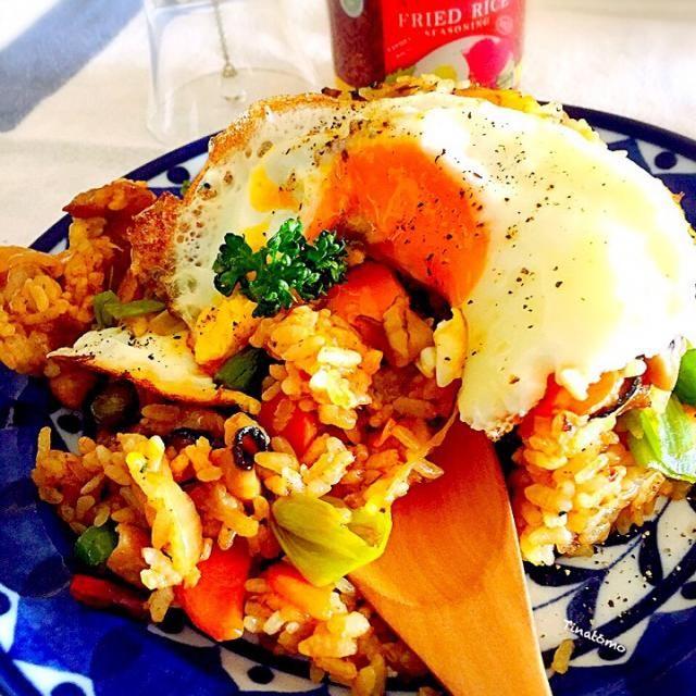 早速インドネシア製ナシゴレンの素を使いましたー。  唐辛子入っているけどマイルドの文字を見て、私は更に具材と鷹の爪炒めちゃいましたけど( ´艸`)  具材はエビ、チキン、椎茸、人参、玉ねぎ、普通のネギ、インゲン、冷蔵庫にあって合いそうなもの入れてみました。  チキンは下ごしらえに、お酒、ケチャップマニス、ガラムマサラ、胡椒で揉みこんでしばらくおいたものを炒めてます。   この素は、他のお料理の隠し味にもなりそうな。 カレーに入れてみたいかもです(*ˊૢᵕˋૢ*)  気分はインドネシア❤  ご馳走様でした( ❝ົཽ艸❝ົཽ)(❝ົཽ艸❝ົཽ  ) - 82件のもぐもぐ - ナシゴレン! by tinatomo