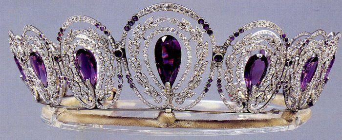 O Mistério Tiara Ametista da rainha Alexandra ~ Princesa da Dinamarca e da rainha da Grã-Bretanha, a esposa de Edward VII (1901-1910. A tiara é deocrated com 5 ametistas hexagonais, 13 anos Europeia de corte de diamantes pesando aproximadamente 8,50 quilates, 69 anos europeu cortar diamantes pesando aproximadamente 10,00 quilates e numerosos menor de idade, . Ele é montado em prata e ouro e 17 polegadas.