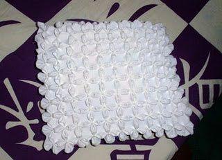 Que tal criar uma almofada de casinha de abelha usando um ponto bem interessante? A primeira vista p