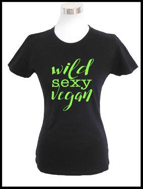 Damen T-Shirt - wild sexy vegan Der perfekte Begleiter für die warme Jahreszeit.  Das T-Shirt besteht aus 100% Baumwolle und hat einen figurbetonten Schnitt. Das Motiv wird von den Mitarbeitern der Roxs Textilschmiede von Hand auf das T-Shirt gedruckt.  Erhältlich ist das T-Shirt in unserem Shop www.roxstextilschmie.de